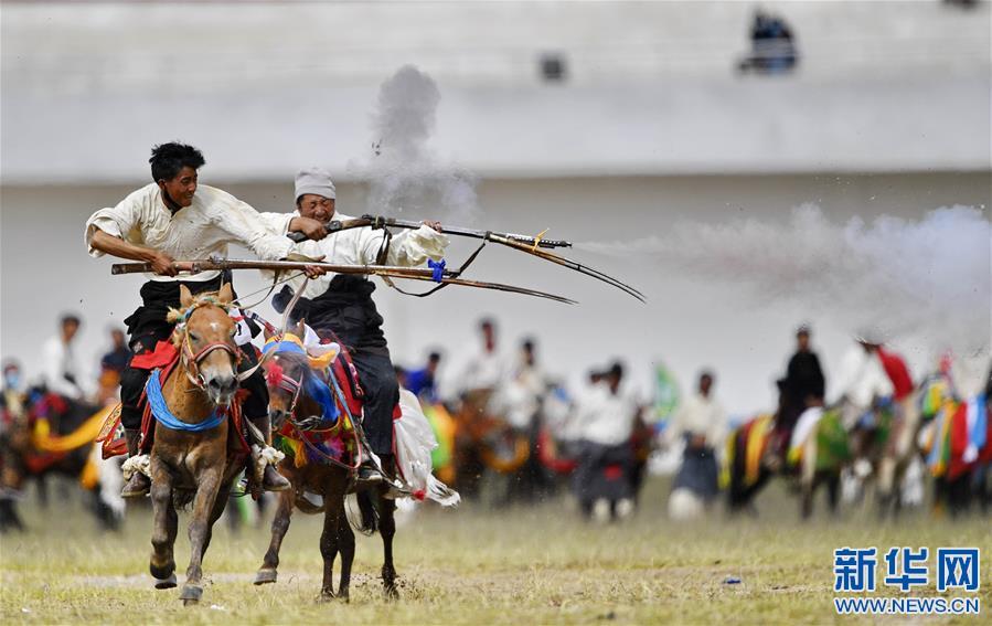 西藏那曲:馬背競技(圖)